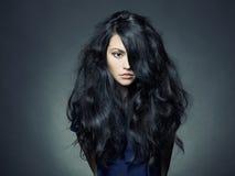 Schöne Dame mit dem ausgezeichneten dunklen Haar Lizenzfreie Stockfotografie