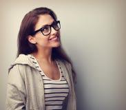 Schöne denkende junge Frau in den Gläsern, die oben schauen Weinlese PO Stockbilder
