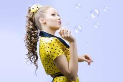 Schöne durchbrennenseifenluftblasen der jungen Frau Lizenzfreie Stockfotografie