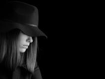 Schöne elegante Frau im schwarzen Anzug und schwarzen im Hut lokalisiert Lizenzfreies Stockbild