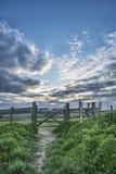 Schöne englische Landschaftslandschaft über Feldern bei Sonnenuntergang Stockfotografie