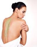 Schöne erwachsene Frau interessiert sich für Haut des Körpers, der Kosmetiksc verwendet Lizenzfreies Stockbild