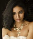 Schöne exotische Halskette der jungen Frau Lizenzfreie Stockbilder