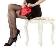 Schöne Fahrwerkbeine der Frau sitzend auf einem Banquette Stockbilder