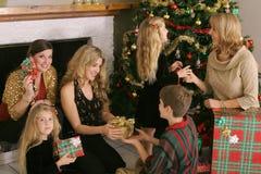 Schöne Familie, die Geschenke austauscht Lizenzfreie Stockfotos