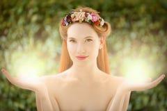 Schöne feenhafte Frau mit Glühen in den Händen Stockfotografie