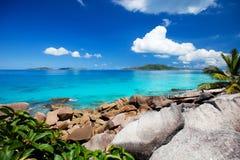 Schöne felsige Küste in Seychellen Stockbild