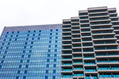 Schöne Fotos von modernen Gebäuden unter blauem Himmel Stockbild
