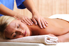 Schöne Frau auf Massage im Badekurortsalon Stockfotos