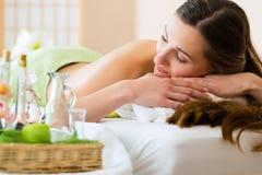 Junge Frau, die in einem Badekurort sich entspannt Stockfotos