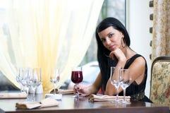 Schöne Frau in der Gaststätte Lizenzfreie Stockbilder