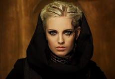 Schöne Frau in der schwarzen Haube Stockfotos