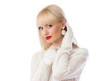 Schöne Frau in der weißen Strickjacke mit den roten Lippen Lizenzfreie Stockfotografie