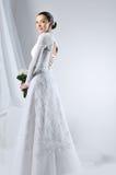 Schöne Frau, die luxuriöses Hochzeitskleid trägt Lizenzfreie Stockfotografie