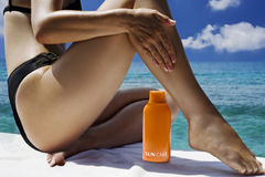 Schöne Frau, die sunbath nimmt Stockfotografie