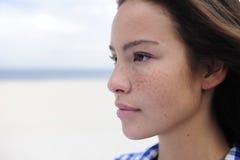 Schöne Frau durch den Strand mit Exemplarplatz Lizenzfreie Stockfotos
