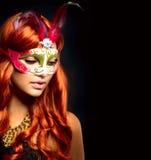 Schöne Frau in einer Karnevalsschablone Lizenzfreie Stockfotos