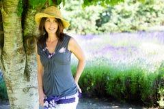 Schöne Frau im Farbton eines Baums Lizenzfreies Stockfoto