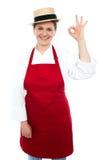 Schöne Frau im Hut ausgezeichnetes Zeichen gestikulierend Lizenzfreie Stockbilder
