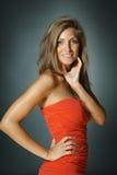 Schöne Frau im roten Kleid Stockfotos