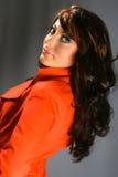 Schöne Frau im roten Mantel. Lizenzfreie Stockfotografie