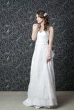 Schöne Frau im weißen Hochzeitskleid Stockbild