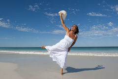 Schöne Frau im weißen Kleid am Strand Lizenzfreies Stockfoto