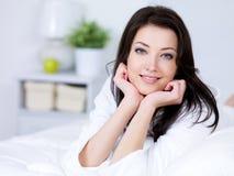 Schöne Frau mit attraktivem Lächeln zu Hause Stockfotografie