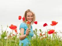 Schöne Frau mit Blumenstrauß Lizenzfreie Stockfotos