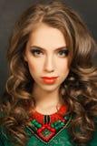 Schöne Frau mit dem langen lockigen Haar Stockfoto