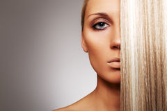 Schöne Frau mit dem schicken blonden Haar Lizenzfreie Stockfotos