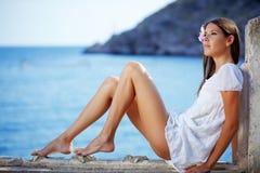 Schöne Frau mit den dünnen Fahrwerkbeinen Stockfoto