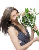 Schöne Frau mit frischem Blumenstrauß der Blumen Stockbilder