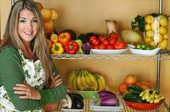 Schöne Frau mit Frischware Stockfotografie