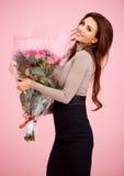 Schöne Frau mit großem Blumenstrauß der Rosen Stockfotos