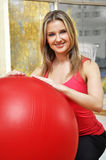 Schöne Frau mit pilates Kugel Stockfotografie