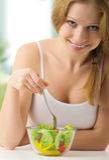 Schöne Frau mit vegetarischem Gemüsesalat Lizenzfreies Stockbild