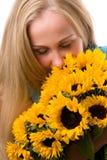 Schöne Frauen mit Sonnenblumen. Stockbild