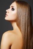 Schöne Frisur. Baumuster mit dem geraden langen Haar Stockfotografie