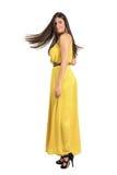 Schöne gebräunte Frau mit gefrorener langer Haarbewegung Lizenzfreies Stockfoto