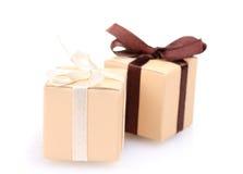 Schöne Geschenke mit Bögen Stockfotos