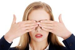 Schöne Geschäftsfrau, die ihre Augen bedeckt. Lizenzfreie Stockbilder