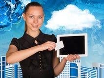 Schöne Geschäftsfrau, die Tabletten-PC hält Kugel, Stockbild