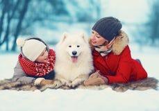 Schöne glückliche Familie, Mutter und Sohn, die mit Hund geht Stockfoto