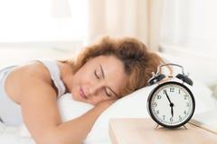 Schöne glückliche Frau, die morgens in ihrem Schlafzimmer schläft Stockbilder