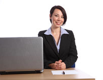 Schöne glückliche junge Geschäftsfrau im Büro Lizenzfreies Stockfoto