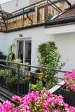 Schöne Hausterrasse mit vielen Blumen Stockfoto