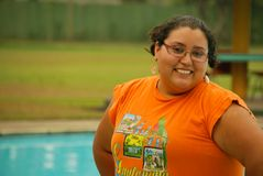 Schöne hispanische Frau durch das Pool Stockbilder