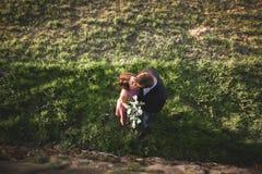 Schöne Hochzeitspaare, Mädchen, Mann küssend und von oben fotografiert Lizenzfreies Stockbild