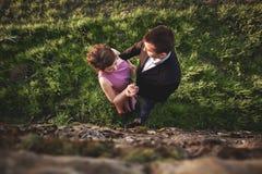 Schöne Hochzeitspaare, Mädchen, Mann küssend und von oben fotografiert Stockfotos